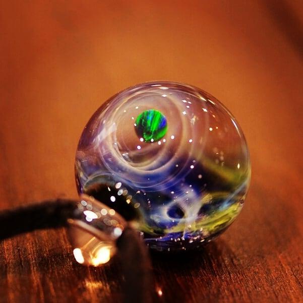 清涼感のある神秘的なガラスペンダント